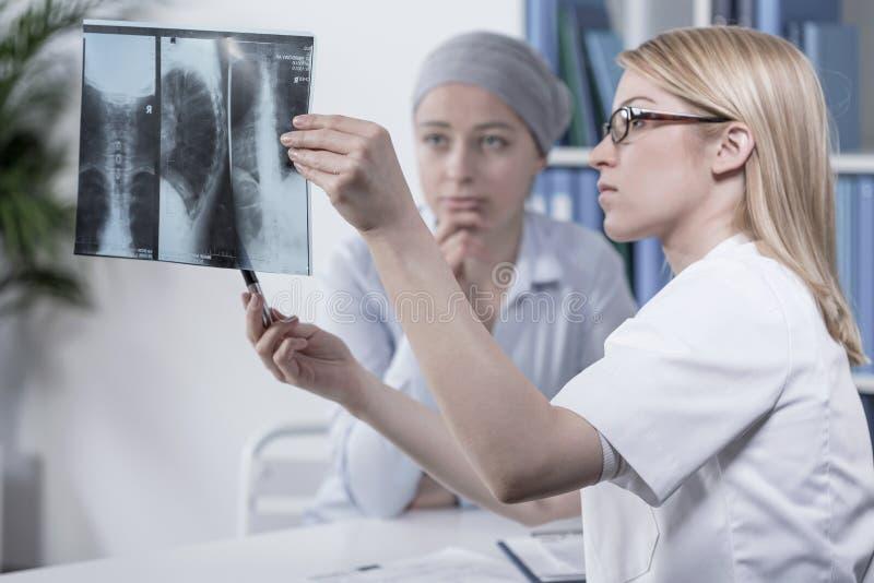 Olhando o raio X fotografia de stock royalty free