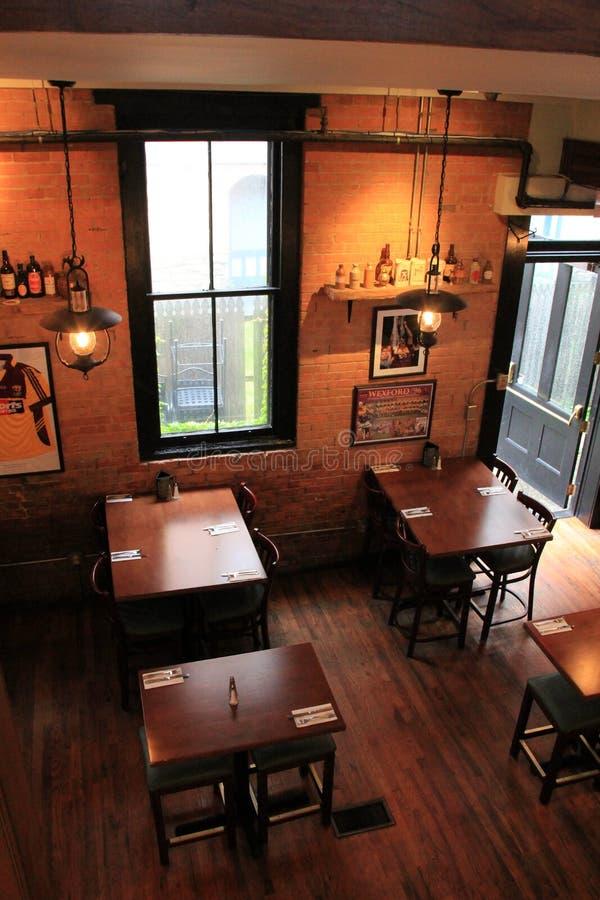 Olhando para baixo em tabelas ordenadamente ajustadas em assoalhos de folhosa, em restaurante de Harvey e em barra, Saratoga, 201 fotografia de stock royalty free
