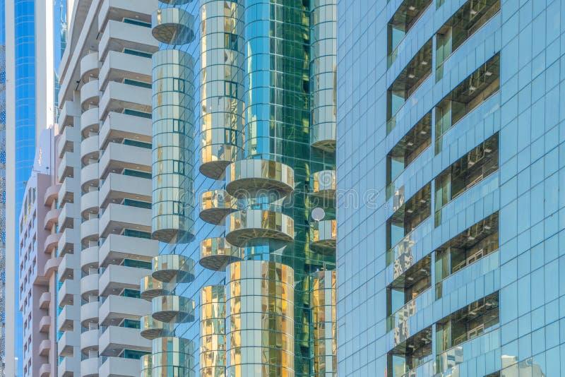 Olhando para prédios de escritórios, arranha-céus, arquiteturas no distrito financeiro com céu azul Cidade urbana inteligente par imagens de stock royalty free