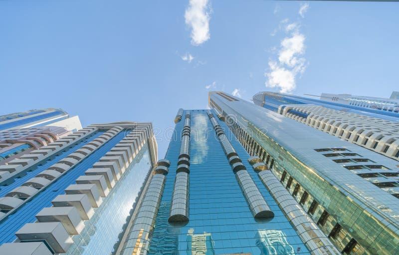 Olhando para prédios de escritórios, arranha-céus, arquiteturas no distrito financeiro com céu azul Cidade urbana inteligente par fotos de stock royalty free