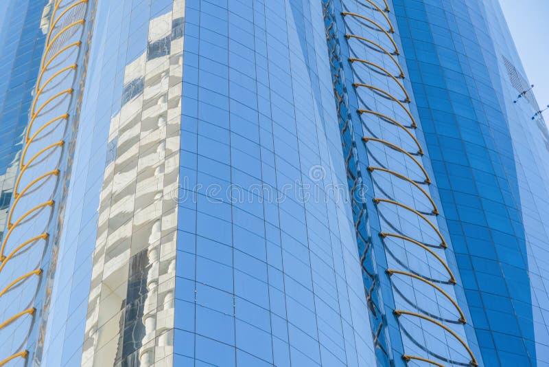 Olhando para prédios de escritórios, arranha-céus, arquiteturas no distrito financeiro com céu azul Cidade urbana inteligente par fotografia de stock royalty free