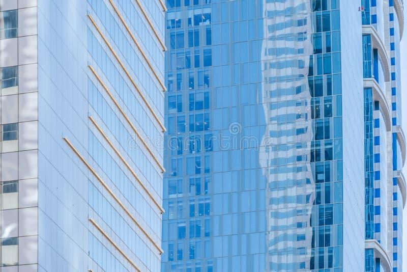 Olhando para prédios de escritórios, arranha-céus, arquiteturas no distrito financeiro com céu azul Cidade urbana inteligente par imagens de stock