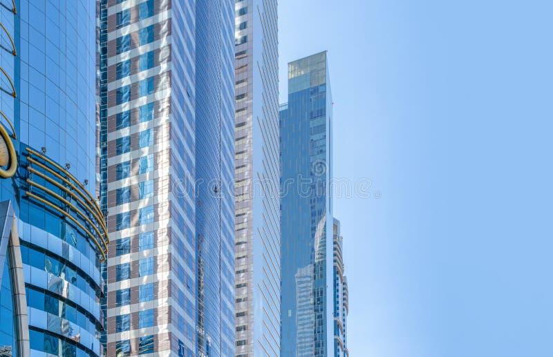 Olhando para prédios de escritórios, arranha-céus, arquiteturas no distrito financeiro com céu azul Cidade urbana inteligente par imagem de stock