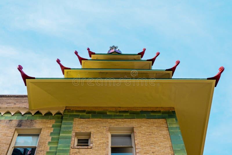 Olhando para um prédio ao estilo pagode em Chinatown San Francisco fotos de stock royalty free