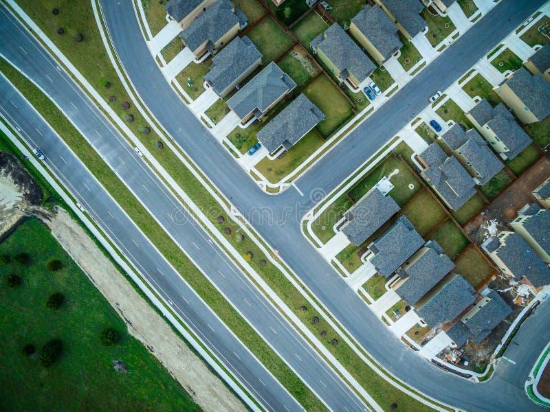 Olhando a pena reta sobre o complexo de alojamento suburbano novo foto de stock