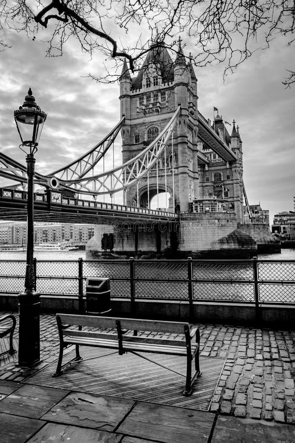 Olhando a ponte da torre foto de stock