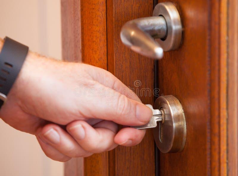 Olhando a porta com uma chave fotos de stock