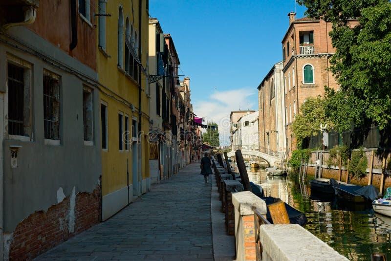 Olhando um canal lateral em Veneza fotos de stock royalty free
