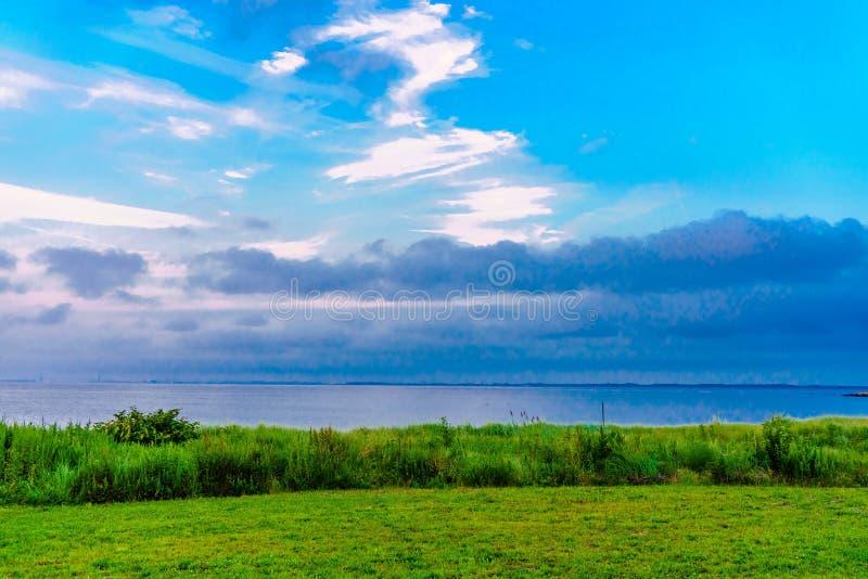 Olhando a vista para o mar forme a costa imagem de stock