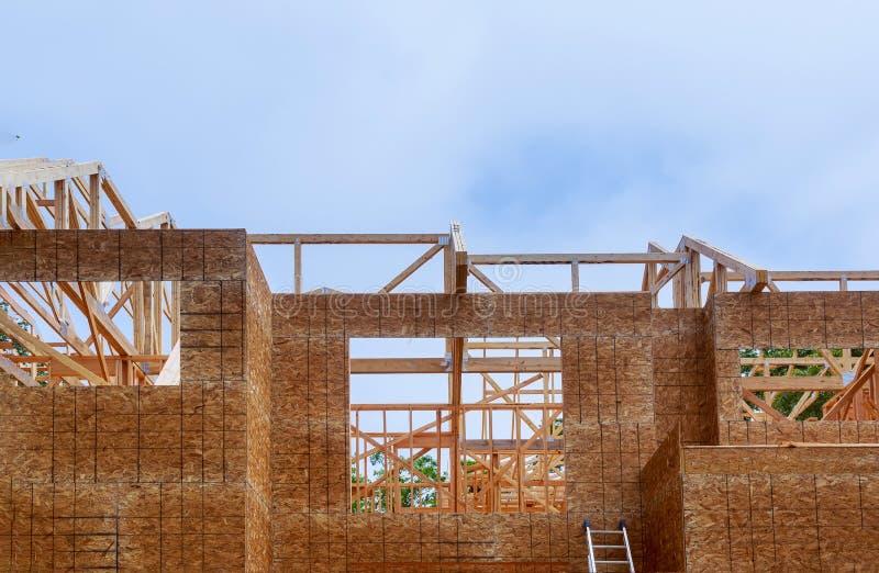 Olhar acima a constru??o nova irradia-se sob um c?u azul claro com luz solar foto de stock royalty free