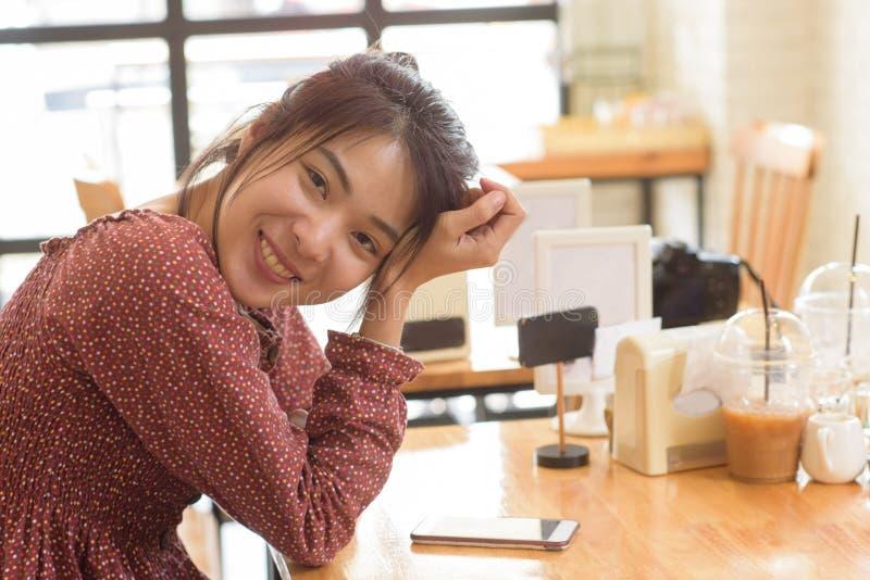 olhar asiático amarrado da senhora do cabelo longo do cabelo na câmera e no whlie ha do sorriso fotografia de stock