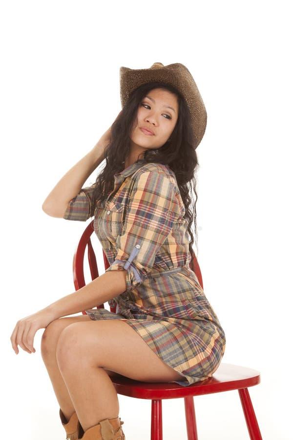 Olhar asiático da cadeira do chapéu da manta da mulher para trás fotografia de stock