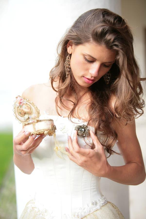 Olhar bonito da menina no presente fotos de stock royalty free