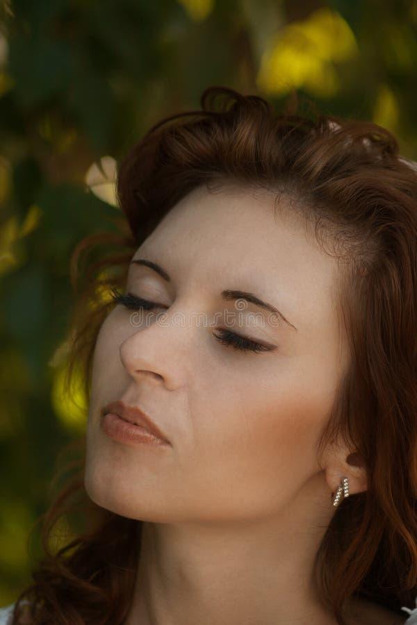 Olhar bonito emocional da menina do modelo de forma Retrato da beleza da menina de sorriso bonita nova que guarda o cabelo, forma fotos de stock royalty free