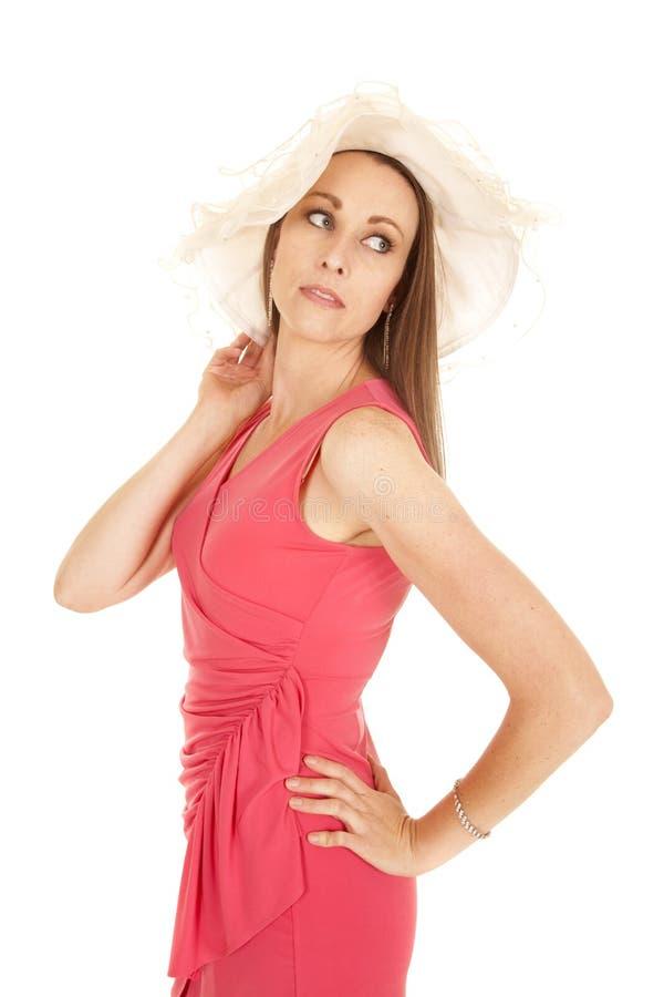 Olhar cor-de-rosa do lado do chapéu do branco de vestido da mulher para trás fotos de stock