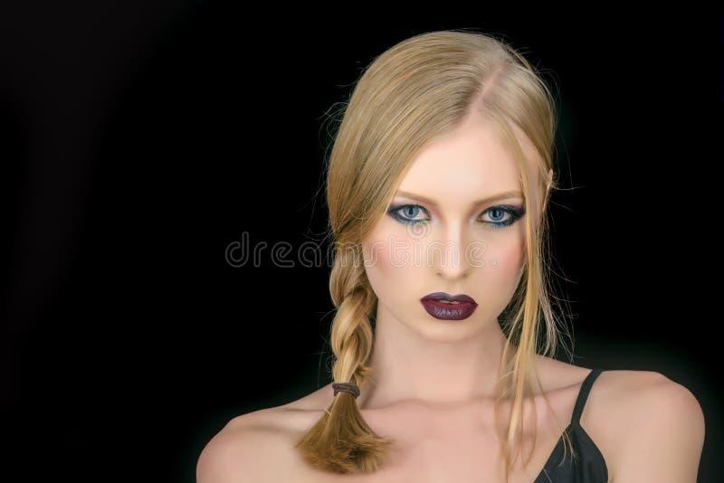Olhar da composição e skincare da menina sensual Cabeleireiro e salão de beleza Menina com cabelo louro da trança Mulher 'sexy' c imagem de stock