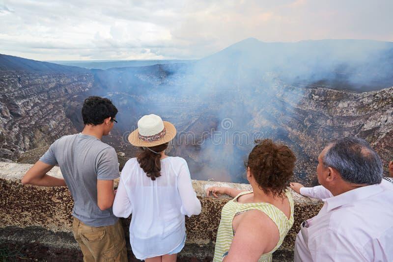 Olhar da família na cratera do vulcão imagem de stock royalty free