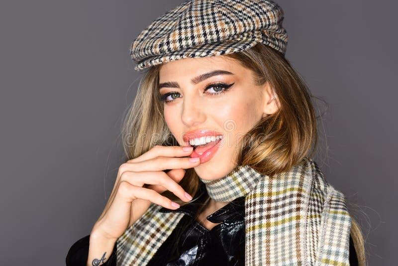 Olhar da forma da altura Roupa na moda do outono Levantamento modelo ocasional no fundo cinzento foto de stock