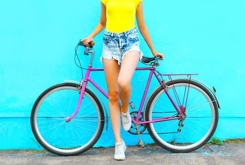 Olhar da forma do verão, mulher bonita com levantamento da bicicleta fotografia de stock royalty free