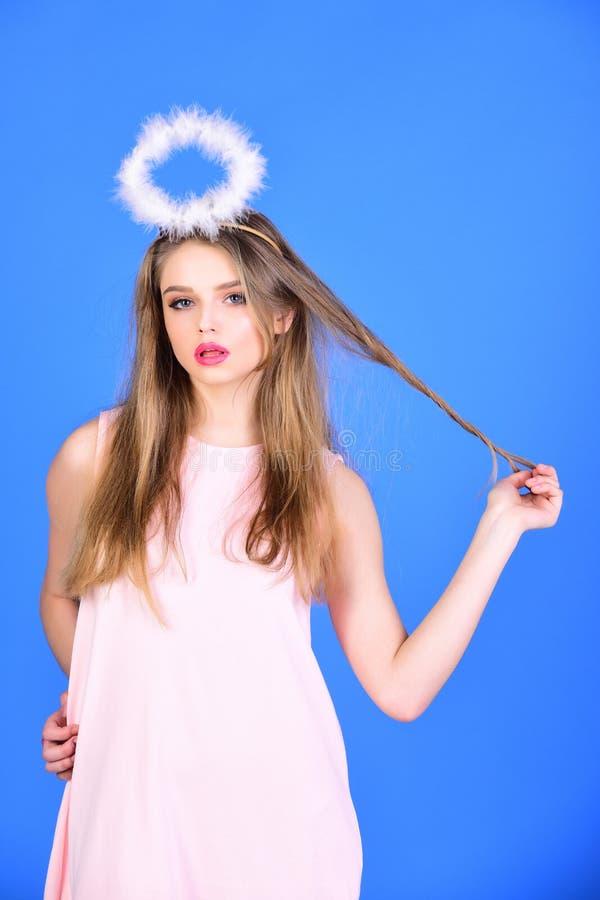 Olhar da forma da menina com halo do anjo modelo de forma com halo no feriado do dia de Valentim imagens de stock royalty free