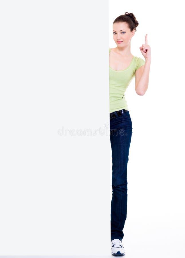Olhar da menina do forefinger em branco do elevador da bandeira acima imagem de stock