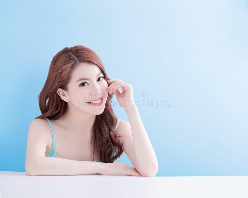 Olhar da mulher da beleza você felizmente fotos de stock