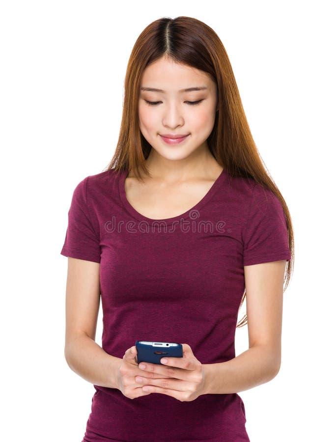 Olhar da mulher no telefone celular imagem de stock