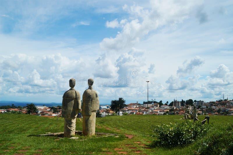 Olhar das esculturas à cidade fotografia de stock royalty free