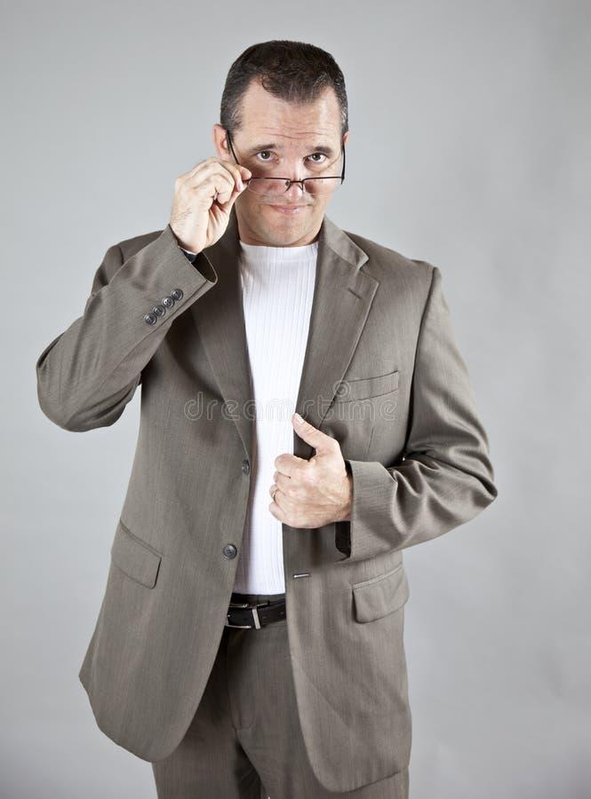 Olhar de desaprovação desgastando dos vidros do homem imagens de stock