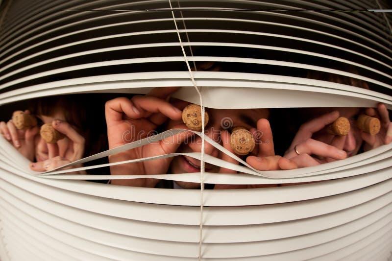 Olhar de três povos fora da janela imagem de stock royalty free