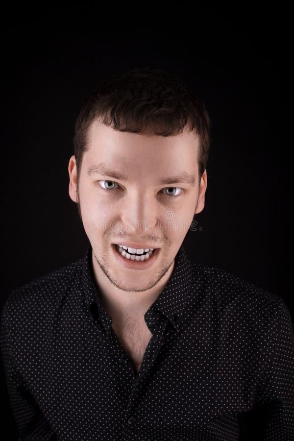 Olhar do homem da raiva da obscuridade foto de stock royalty free
