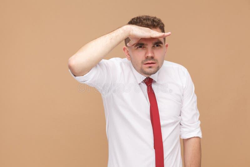 Olhar do homem de negócios longe fotografia de stock royalty free