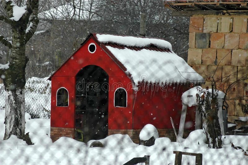 Olhar do inverno para o canto favorito para o trabalho do verão fotografia de stock