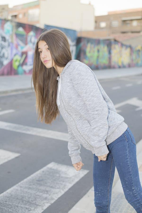 Olhar do leenager do adolescente antes de cruzar a rua fotos de stock royalty free