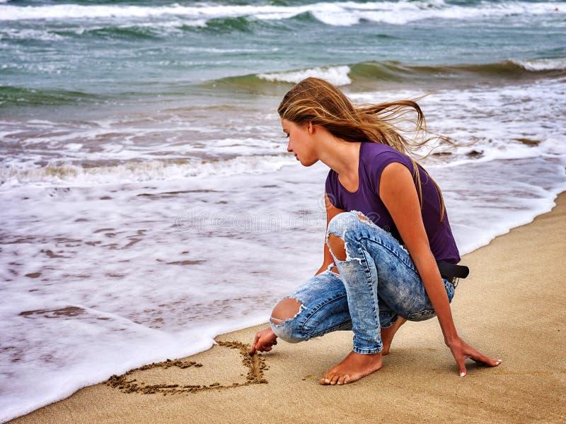 Olhar do mar da menina do verão na água fotos de stock royalty free