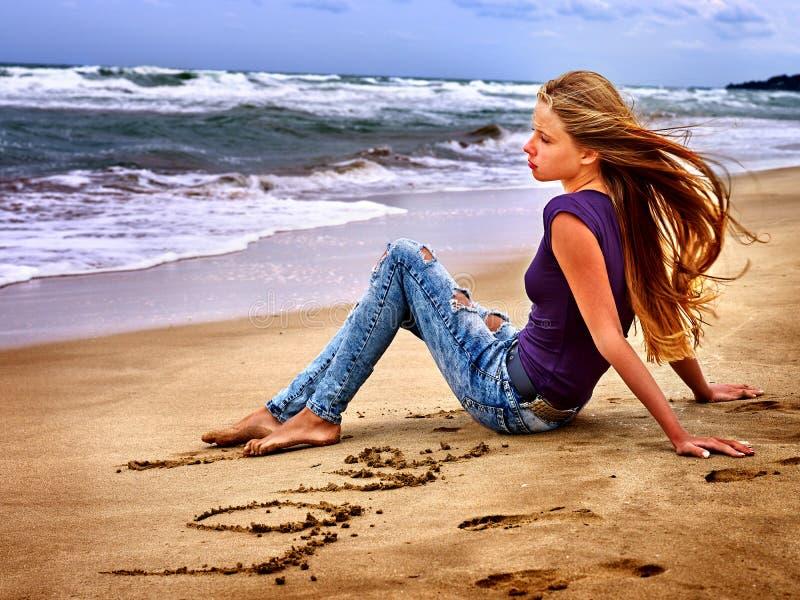 Olhar do mar da menina do verão na água fotografia de stock