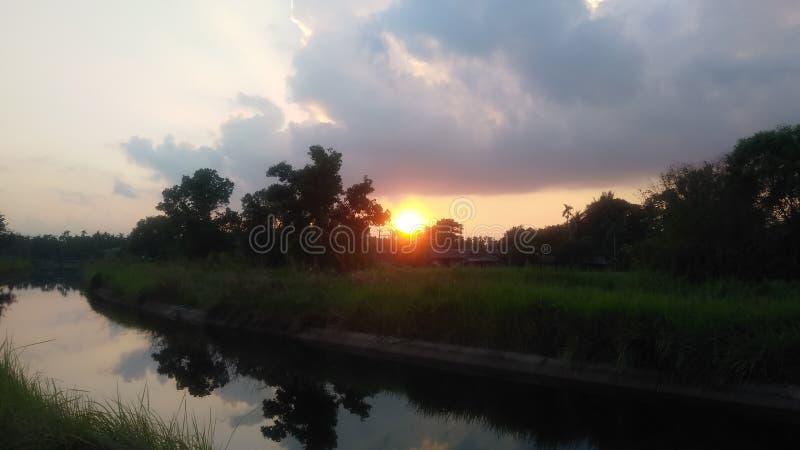 Olhar do por do sol agradável em evenning imagens de stock royalty free