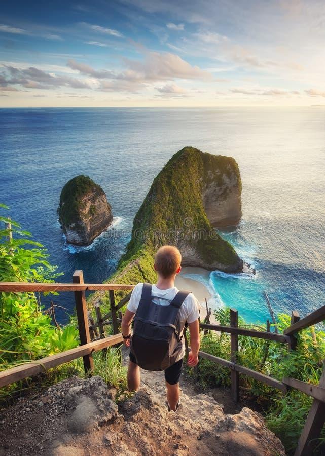 Olhar do viajante no oceano e nas rochas Curso e conceito ativo da vida Aventura e curso em Bali, Indonésia fotografia de stock royalty free