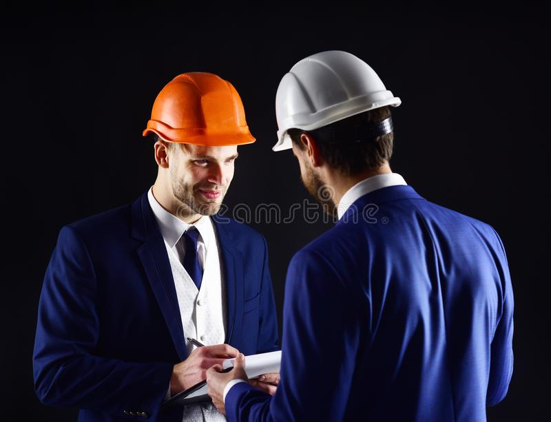 Olhar dos contratantes no plano da construção imagem de stock