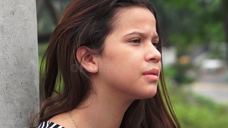 Olhar fixamente adolescente sério da menina foto de stock