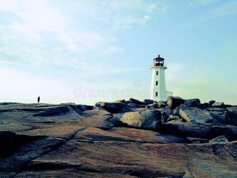Olhar fixamente fora no mar atlântico áspero das costas rochosas de P imagem de stock