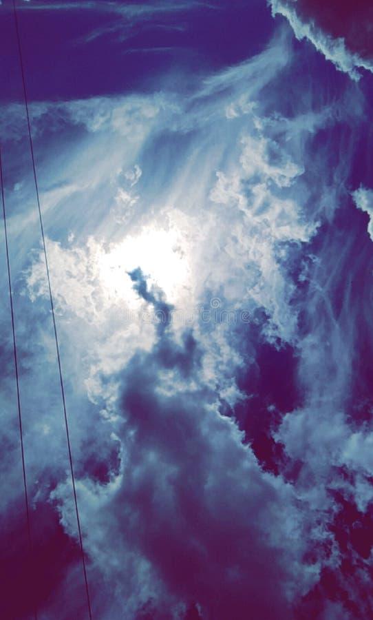 Olhar fixamente no céu imagens de stock