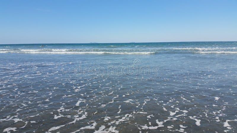 Olhar fixo no distante, Azure Ocean imagem de stock