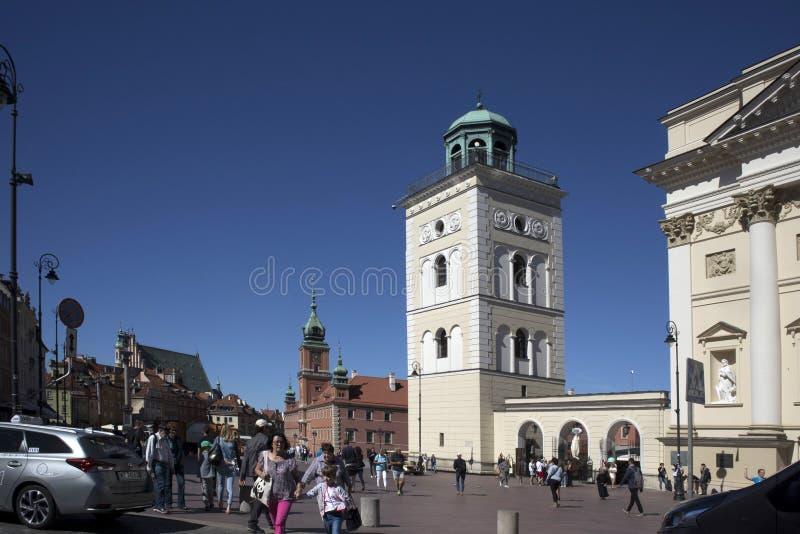 Olhar fixo velho Miasto da cidade, igreja quadrada do ` s de St Anne do castelo, Varsóvia foto de stock