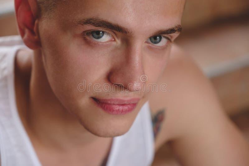 Olhar focalizado, homem novo do retrato do close-up da cara imagem de stock