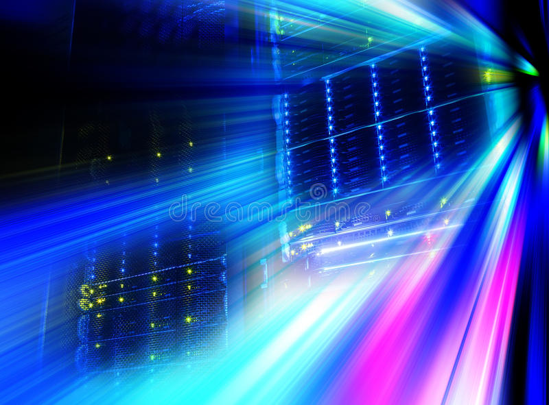 Olhar futurista da sala com a unidade central no centro de dados server imagem de stock