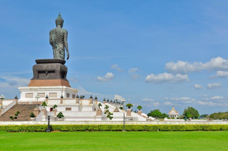 Olhar grande da imagem de buddha no templo fotos de stock royalty free