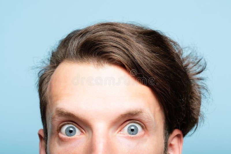 Olhar louco excêntrico surpreso do auge da cabeça do homem para fora fotografia de stock royalty free