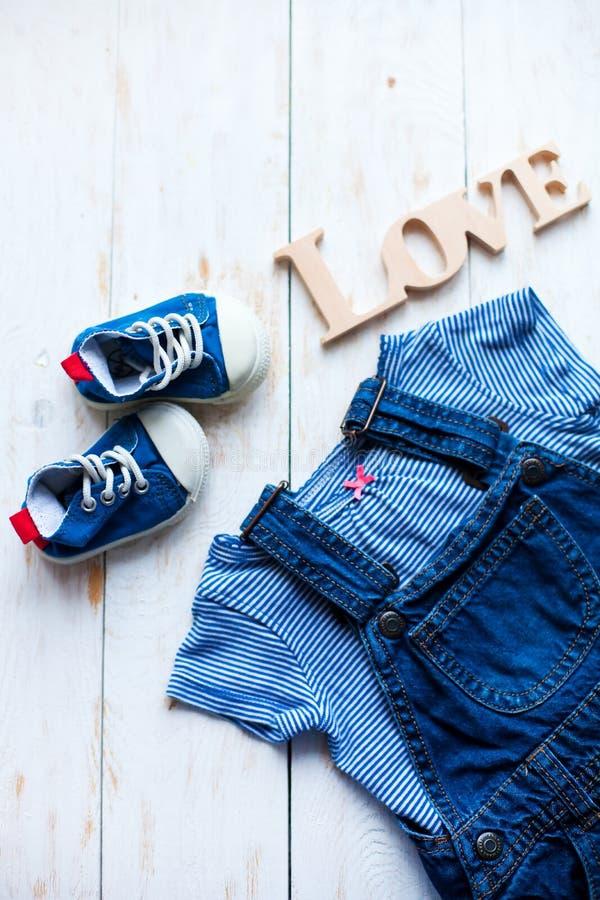 Olhar na moda da forma da vista superior da roupa do bebê e do material do brinquedo imagens de stock