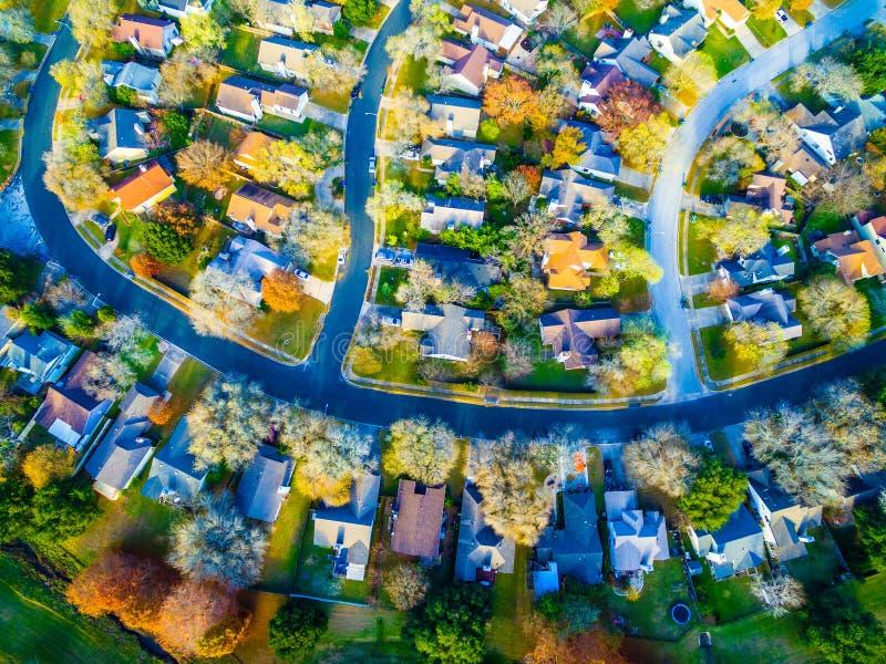 Olhar a pena reta sobre a comunidade moderna da casa do subúrbio com queda colore Streetes curvado fotos de stock royalty free